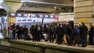 Des passagers font la queue sur le quai de la gare Montparnasse, le 19 mars 2021 à Paris. (JULIEN MATTIA / ANADOLU AGENCY / AFP)