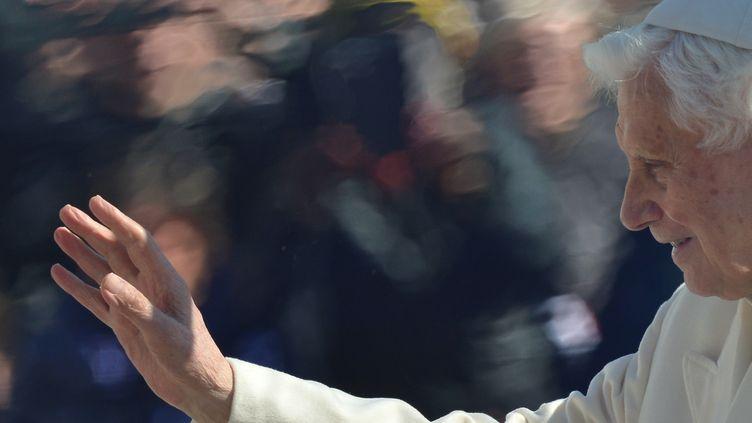 Le pape Benoit XVI salue la foule, le 27 février 2013, Place Saint-Pierre (vatican), lors de sa dernière audience publique, à la veille de sa démission. (GABRIEL BOUYS / AFP)