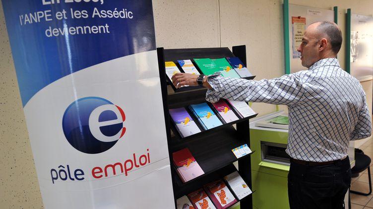Une personne range des dépliants dans une agence Pôle emploi, le 5 janvier 2009 à Bordeaux (Gironde). (PIERRE ANDRIEU / AFP)