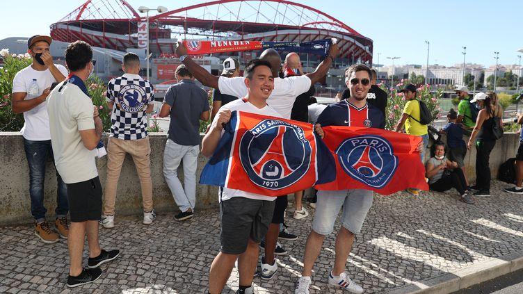 Des supporters parisiens posent devant le stade de Lisbonne (Portugal), le 23 août 2020. (RAFAEL MARCHANTE / REUTERS)