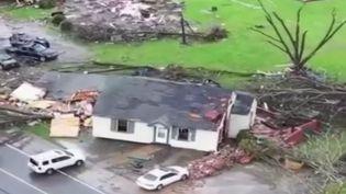 En Alabama, au sud-est des États-Unis, une tornade a fait au moins 23 morts. Les recherches se poursuivent. (FRANCE 2)