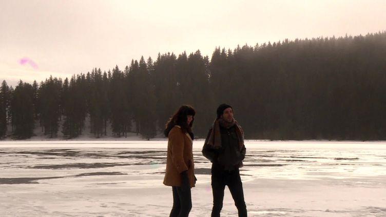 Lucie Mena et Michael Sacchetti du groupe Belfour sur les bords du lac de Servières dans le Puy-de-Dôme (France 3 Auvergne)