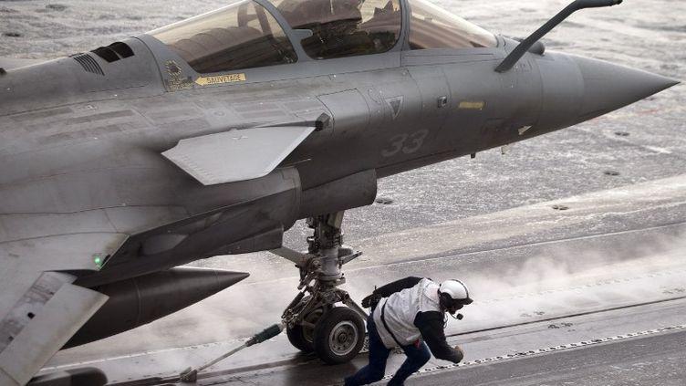 """Un avion de chasse Rafale, le 2 novembre 2010, sur le porte-avion """"Charles De Gaulle"""", au large de la Corse. (JOEL SAGET / AFP)"""