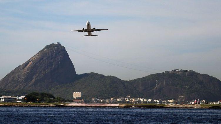"""L'un des aéroports de Rio de Janeiro, celui de Santos Dumont, survole la baie de la """"Cidade maravilhosa"""" (VANDERLEI ALMEIDA / AFP)"""