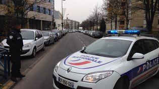 La route a été barrée aux abords de l'école maternelle Jean-Perrin à Aubervilliers (Seine-Saint-Denis), lundi 14 décembre, aprèsqu'un enseignant a affirmé avoir été agressé. (ALEXANDRE DUPONT / FRANCE 3)