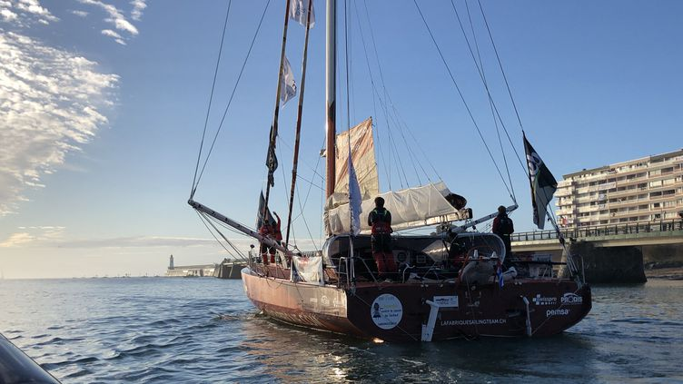 Lors du départ à huis-clos du Vendée Globe depuis le port des Sables-d'Olonne, le 8 novembre 2020. Ici, le bateau du skipper suissse Alan Roura. (EMMA SARANGO / RADIOFRANCE)