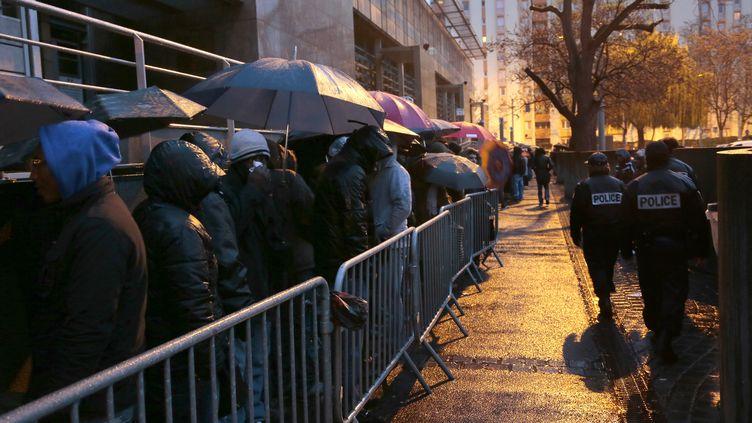Des étrangers font la queue devant la préfecture de Seine-Seint-Denis pour la régularisation de leurs titres de séjour, le 3 décembre 2012 à Bobigny. (JACQUES DEMARTHON / AFP)