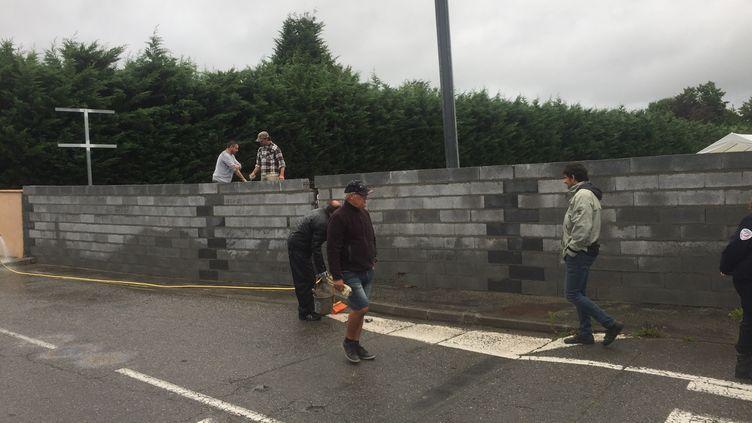 """Mur construit par le """"collectif Séméac"""" pour bloquer l'accès d'un futur centre d'accueil pour migrants. (Collectif Séméac)"""