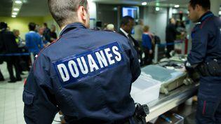 Des agents des Douanes de l'aéroport Roissy CDG, le 3 décembre 2013. (MAXPPP)