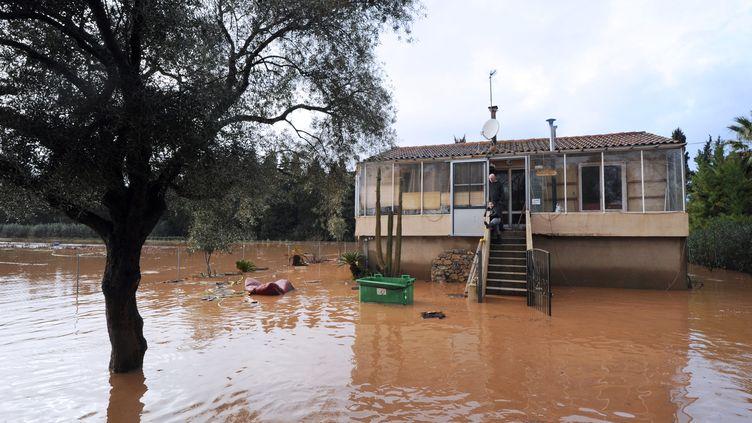 Une maison victime des inondations, le 19 janvier 2014, à Hyères (Var). (ANNE-CHRISTINE POUJOULAT / AFP)