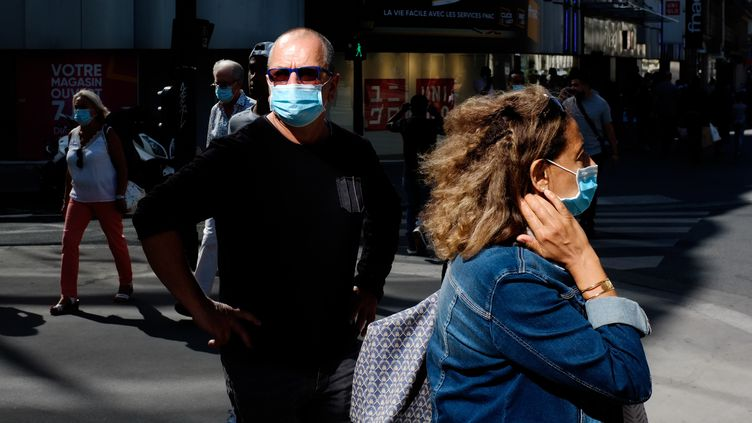 Des personnes masquées dans une rue de Paris, vendredi 28 août 2020. (JULIEN MATTIA / ANADOLU AGENCY / AFP)