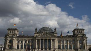 Le palais du Reichstag où siègent les députés allemands, le 22 septembre 2013, à Berlin. (JOHN MACDOUGALL / AFP)
