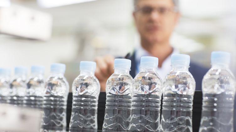 Des bouteilles en plastique (MARTIN BARRAUD / CAIAIMAGE / GETTY IMAGES)