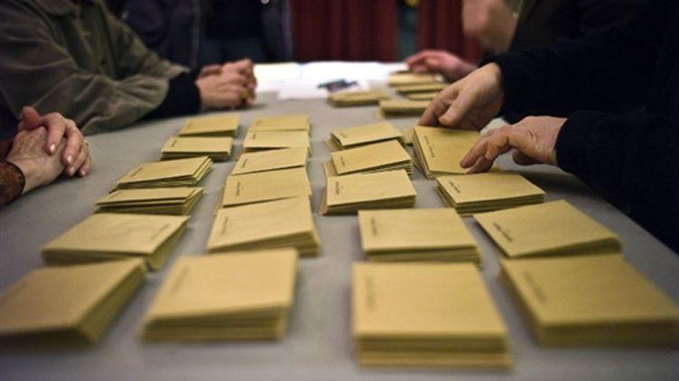 Dépouillement des élections cantonales, dans un bureau de Dijon (AFP/JEFF PACHOUD)