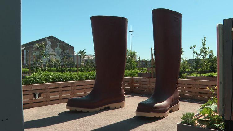 Invendus_bottes de Lilian Bourgeat, une paire de bottes XXL déjà installée quai des Antilles. (France 3 Pays de la Loire / D. Raveleau)