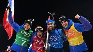 L'équipe de France de biathlon célèbre sa victoire en relais mixte, àPyeongchang (Corée du Sud), le 20 février 2018. (FRANCK FIFE / AFP)