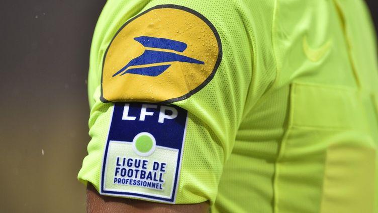 Le logo de la Ligue de football professionnel sur le maillot d'un arbitre lors d'un match de Ligue 1 entre Metz et Monaco, àLongeville-les-Metz (Moselle), le 17 août 2019. (JEAN-CHRISTOPHE VERHAEGEN / AFP)