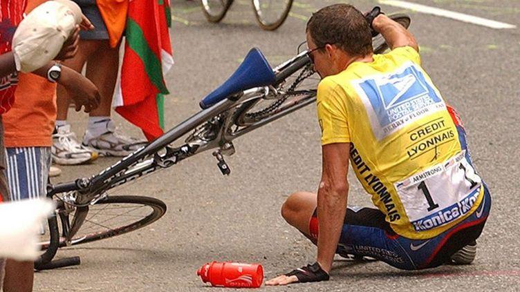 Armstrong à terre lors du Tour 2003. Plus dure sera la chute pour le cyclisme ? (EPA BERNARD PAPON / DPA_POOL)