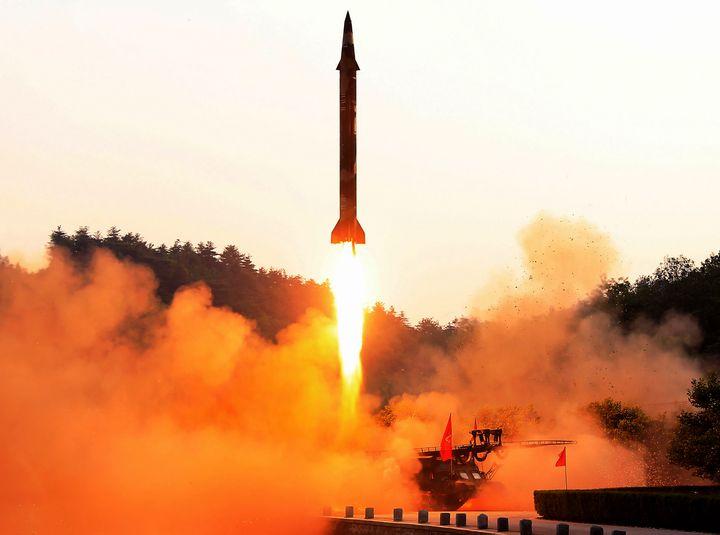 Photo non datée, diffusée par l'agence officielle nord-coréenne KCNA le 30 mai 2017, montrant un test de missile balistique. (STR / KCNA VIA KNS)