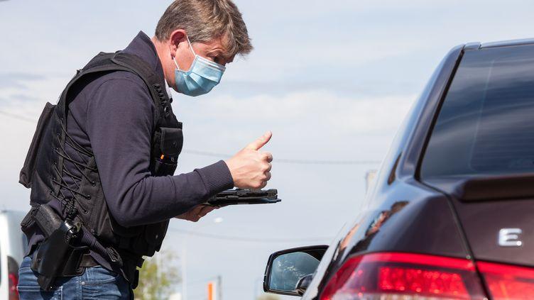 La police nationale contrôle les attestations de déplacement dérogatoireà Montauban (Tarn-et-Garonne), le 8 avril 2020. (PATRICIA HUCHOT-BOISSIER / AFP)