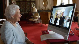 La reine d'Angleterre, Elizabeth II, au château de Windsor, prèsde Londres, parle en visioconférence avec Ferenc Kumin, ambassadeur de Hongrie, le 4 décembre 2020. (BUCKINGHAM PALACE / AFP)