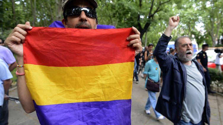 Le 11 juin 2014, à Madrid (Espagne), les antimonarchistes manifestent lors de l'abdication du roi JuanCarlos d'Espagne. (EVRIM AYDIN / ANADOLU AGENCY  / AFP)