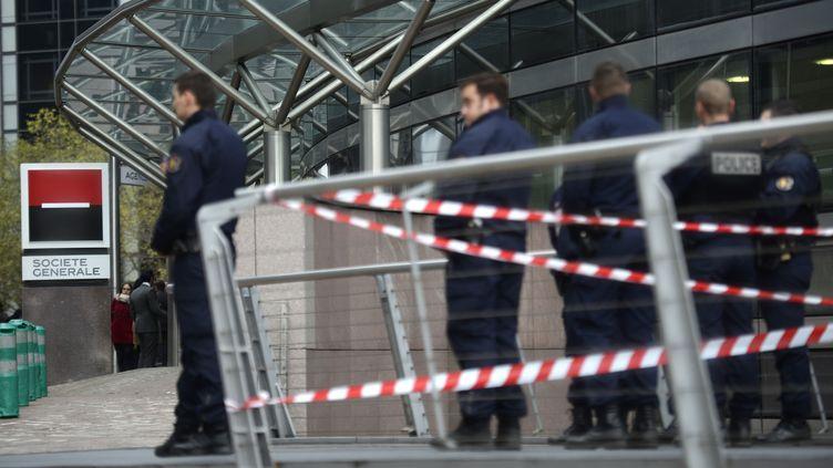 Des policiers stationnés devant l'immeuble de la Société générale à la Défense, où un homme a ouvert le feu le 18 novembre 2013. (MARTIN BUREAU / AFP)