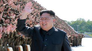 Sur cette photo de propagande publiée par l'agence nord-coréenne, Kim Jong-un salue la foule lors d'un rassemblement militaire. (KCNA / REUTERS)