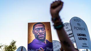 Des manifestants protestent contre la libération sur caution de Derek Chauvin, principal policier mis en cause dans la mort de George Floyd, le 8 octobre 2020 à Saint Paul (Minnesota, Etats-Unis). (KEREM YUCEL / AFP)