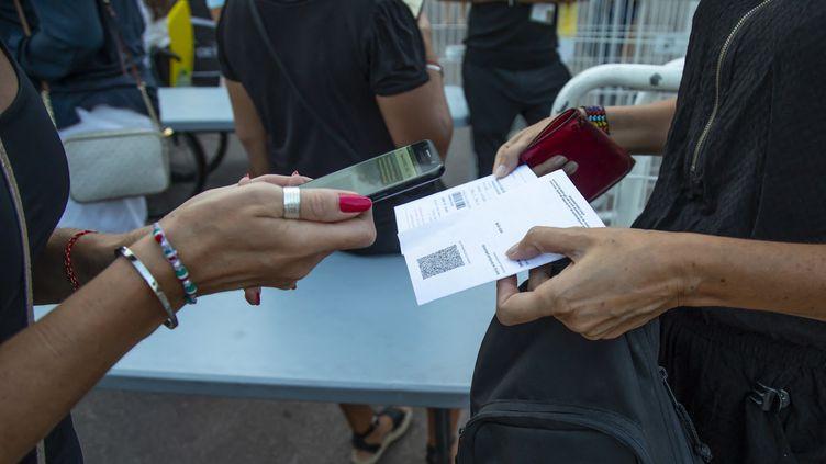 Contrôle du pass sanitaire à l'entrée du concert de Benjamin Biolay au Palais des Festivals à Cannes, le25 juillet 2021 (ERIC DERVAUX / HANS LUCAS)