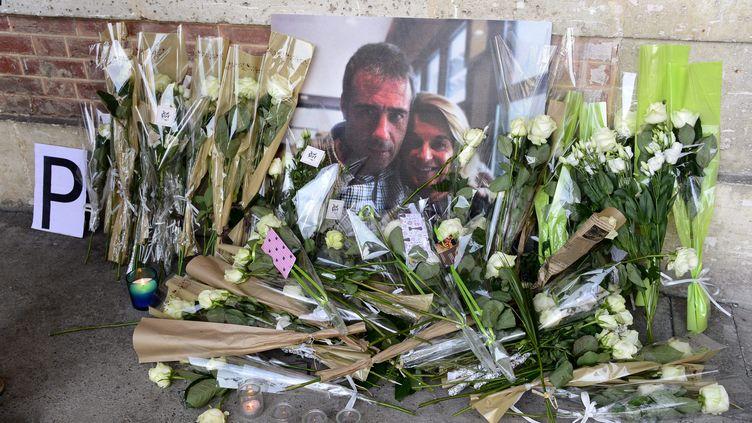 Des fleurs déposées devant un portrait de Philippe Monguillot et son épouse Véronique, le 8 juillet 2020, à Bayonne (Pyrénées-Atlantiques). (MAXPPP)