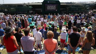 Les spectateurs de Wimbledonont participé,vendredi 3 juillet, à la minute de silence observée dans tout le Royaume-Uni en hommage aux victimes de l'attaque meurtrière perpétrée à Sousse (Tunisie), le 26 juin. (JUSTIN TALLIS / AFP)
