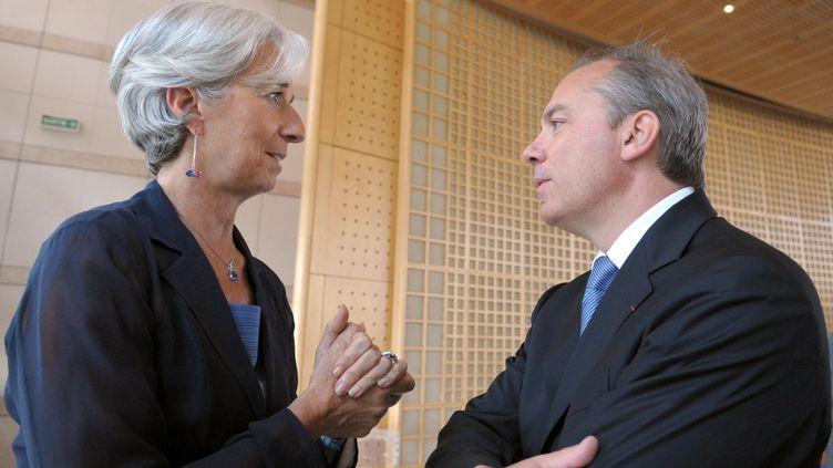 L'ancienne ministre de l'Economie, Christine Lagarde (G) et son directeur de cabinet de l'époque, Stéphane Richard, le 28 juin 2010 à Paris. (ERIC PIERMONT / AFP)