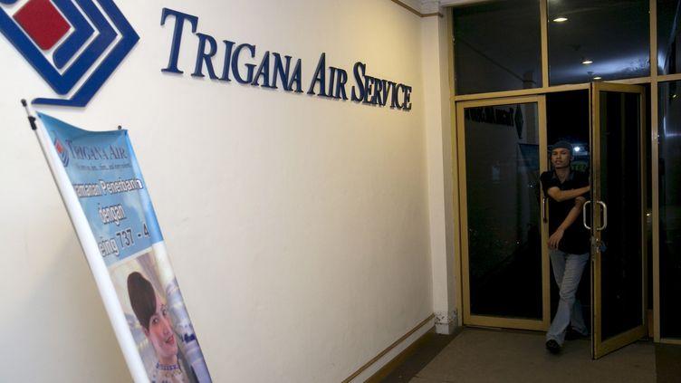 Un homme entre dans les bureaux de Trigana Air, Jakarta, compagnie aériennedont l'avion s'ests'est écrasé dimanche 16 août,dans une région montagneuse isolée de l'est de l'Indonése. (DARREN WHITESIDE / REUTERS)
