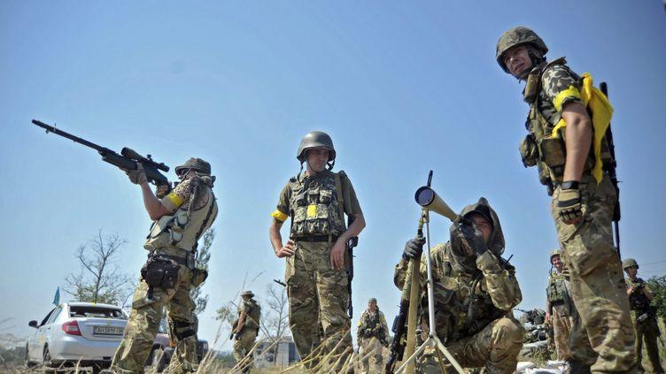 (Des soldats ukrainiens dans la région du Donbass, dans l'Est de l'Ukraine, le 8 août © MaxPPP)
