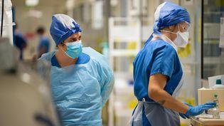 Le personnel soignant du service de réanimation de l'hôpital de Périgueux (Dordogne) le 19 Novembre 2020. (ROMAIN LONGIERAS / HANS LUCAS)