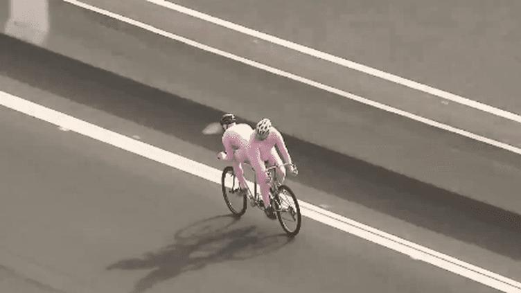 Capture d'écran d'une séquence insolite diffusée sur le compte Twitter officiel du Giro, le Tour d'Italie, le 6 mai 2018. (GIRO D'ITALIA)