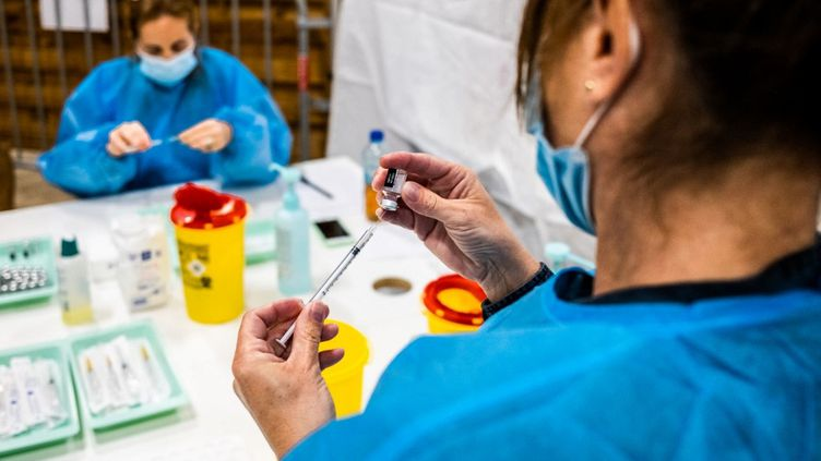 Des soignants préparent des doses de vaccin contre le Covid-19 dans un vaccinodrome de Perpignan (Pyrénées-Orientales), le 12 avril 2021. (JC MILHET / HANS LUCAS / AFP)