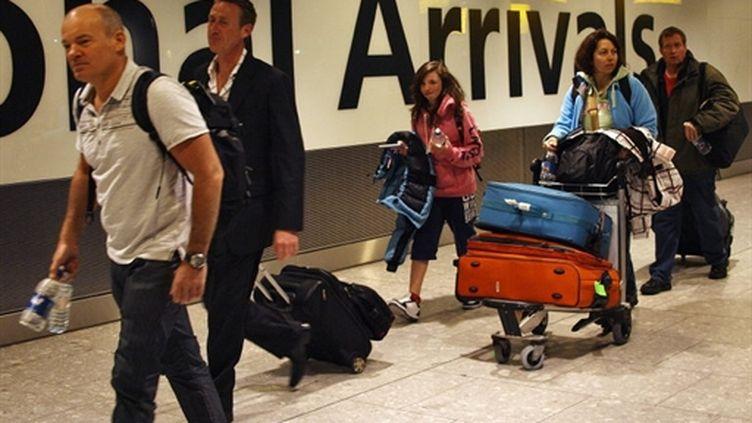 Premiers passagers arrivant à Heathrow après un arrêt des vols pendant 5 jours dans l'aéroport londonien (AFP - MAX NASH)