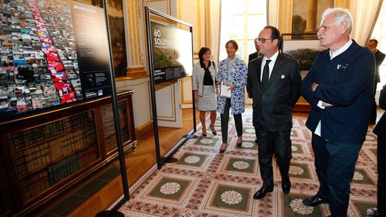 (François Hollande a lancé la mobilisation autour de la COP 21 avec le gouvernement et en visitant une exposition photo de Yann Arthu-Bertrand à l'Elysée.  © Maxppp)