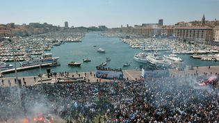 Les supporters de Olympique de Marseille célèbrentla victoire deleur équipeaprès leur dernier match enligue1, le 16 mai 2010 au Vieux-Port, à Marseille.  (PATRICK VALASSERIS / AFP)