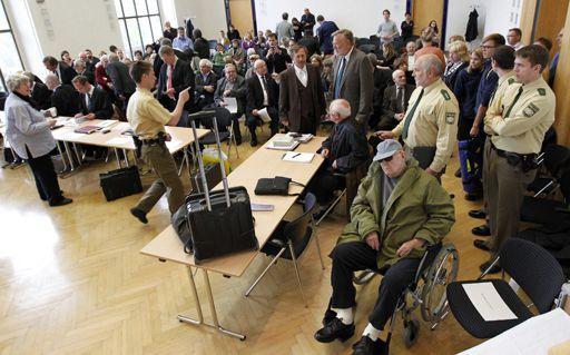 John Demjanjuk (en chaise roulante) au tribunal de Munich le 13 avril 2011 (REUTERS - Sebastian Widmann - Pool)