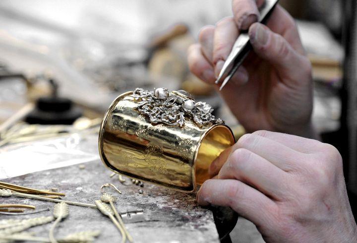 L'orfèvrerie artisanale de la Maison Goossens aujourd'hui, conforme aux traditions transmises par Robert Goossens.  (PATRICE THEBAULT / ONLY FRANCE)
