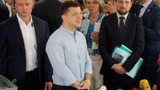 Le président ukrainien, Volodymyr Zelensky, s'exprime devant la presse après avoir voté pour les élections législatives, le 21 juillet 2019 à Kiev. (VLADIMIR SHTANKO / ANADOLU AGENCY / AFP)