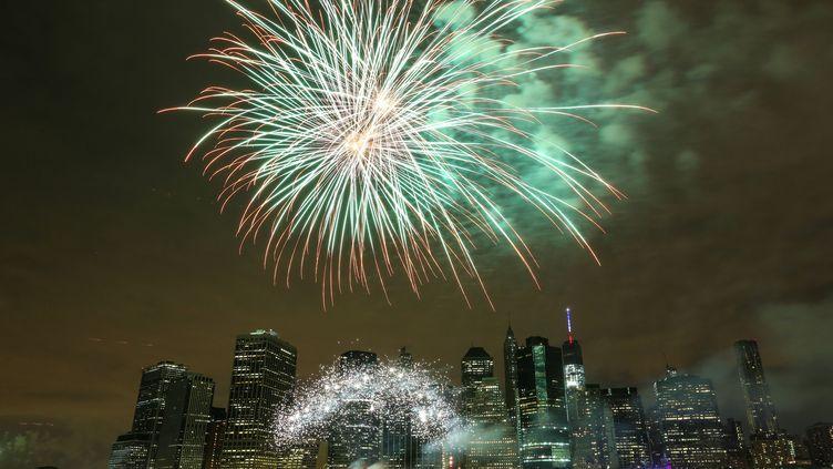 Les feux d'artifice illuminent la nuit du 4 juillet 2015, pour la fête nationale américaine, à New York (Etats-Unis). (CEM OZDEL / ANADOLU AGENCY / AFP)