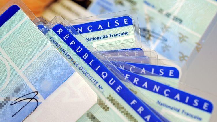 Des cartes d'identité françaises (illustration). (JEAN-PIERRE MULLER / AFP)