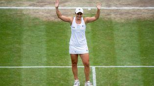 Ashleigh Barty célèbre sa victoire face àKarolina Pliskova en finale du tournoi de Wimbledon, 10 juillet 2021. (AELTC/JONATHAN NACKSTRAND / AFP)