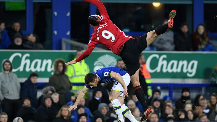Encore une fois, Zlatan Ibrahimovic, l'attaquant de Manchester United, a fait parler ses qualités d'acrobate... (PAUL ELLIS / AFP)
