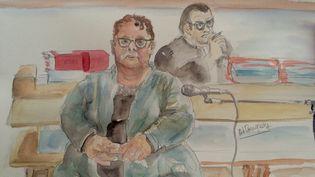 Dominique Cottrez à l'ouverture de son procès, le 25 juin 2015 à Douai (Nord). A l'arrière son avocat, Frank Berton. (ELISABETH POURQUERY / FRANCETV INFO)