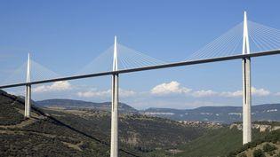 Un feu d'artifice doit être tiré du bas du viaduc de Millau (Aveyron), le 12 décembre 2012. (CHRISTOPHE LEHENAFF / PHOTONONSTOP / AFP)